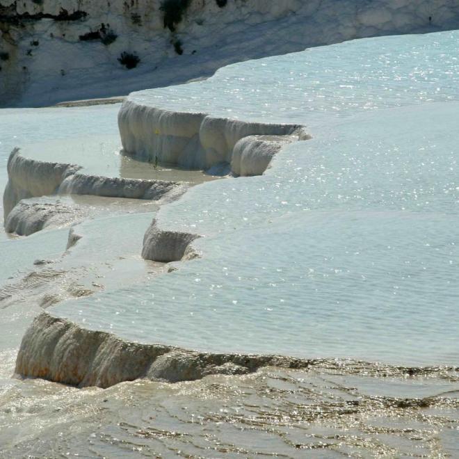 cascade d'eau turquoise